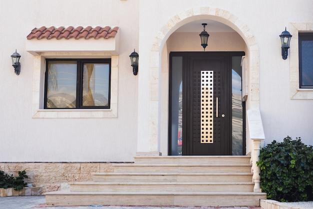 ドアのある家の正面玄関。