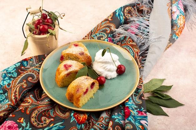 正面図焼きたてのフルーツケーキおいしいレッドチェリーの内側とピンクの丸い緑色のプレートの中の砂糖の粉でスライス