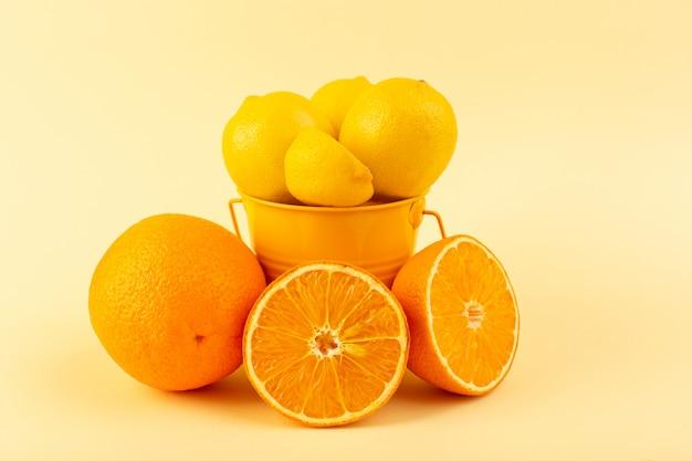 レモンが入った正面バスケットは、クリーム色の背景にオレンジのスライスとともに新鮮でまろやかでジューシーなスライス