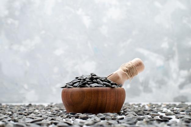 Вид спереди черные семена подсолнечника свежие и вкусные зерна подсолнечное масло закуски