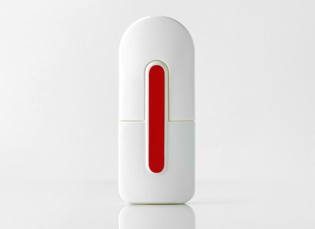白い壁に白と赤の香りがデザインされた正面ボトル