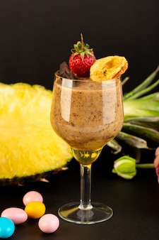 Вид спереди коричневый шоколадный десерт вкусный вкусный сладкий с порошкообразным кофе шоколадный батончик и клубника с нарезанным экзотическим ананасом на темном фоне сладкий освежающий десерт
