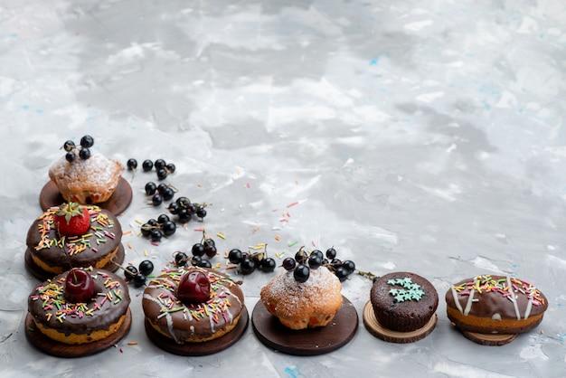 果物とキャンディーケーキのビスケットをベースにした正面のケーキとドーナツチョコレート