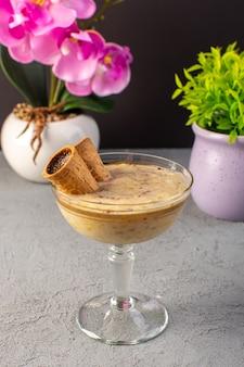 Вид спереди шоколадный десерт коричневый с мороженым внутри прозрачного стекла на сером