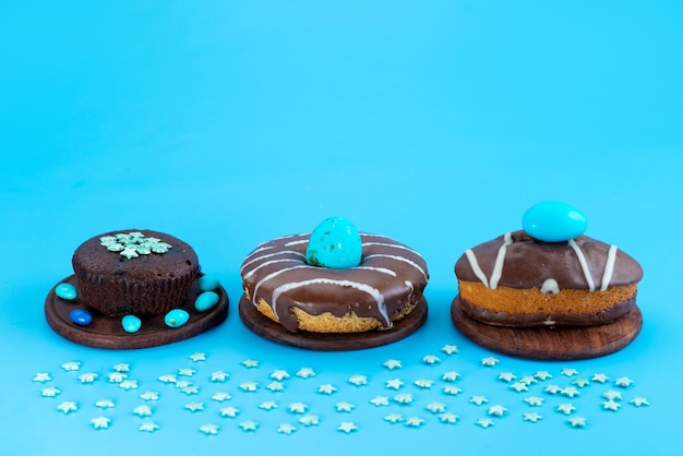 正面から見たチョコレートブラウニーとケーキ、ドーナツ、ブルーのシュガーケーキビスケット色