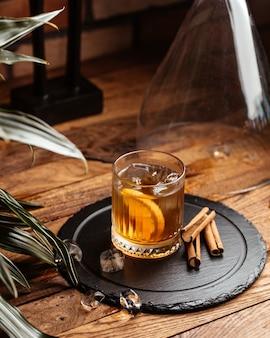 茶色の木製デスクアルコールドリンクワインにアイスキューブと正面冷たいアルコール
