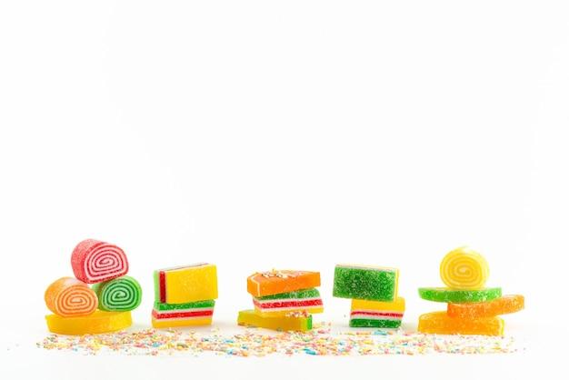 Вид спереди цветные сладкие с сахаром мармелады на белом, сладком цветном кондитерском конфитюре