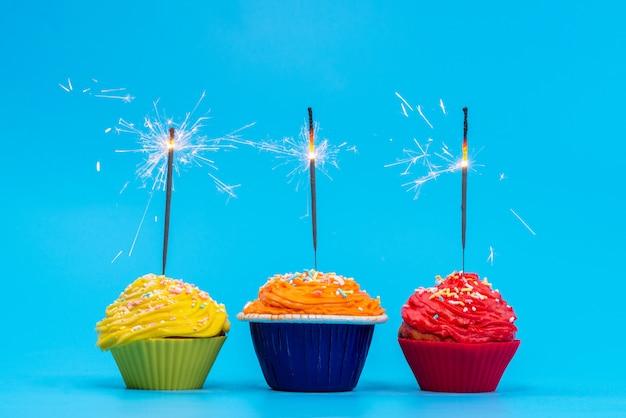 青いデスクケーキビスケット色の正面のカラフルなケーキ