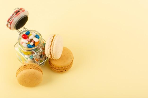 Вид спереди красочные конфеты с французскими макаронами