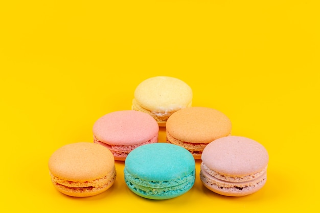 黄色、ケーキビスケット色で美味しい正面カラフルなフランスのマカロン