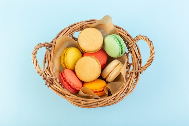 Вид спереди красочные французские макароны внутри корзины для выпечки