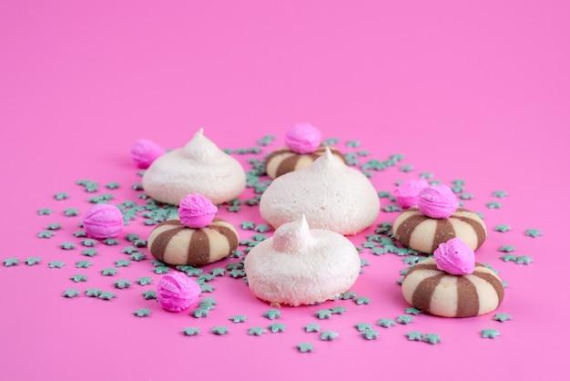 Вид спереди печенье и безе вкусные и сладкие на розовом, сладкое печенье, конфеты