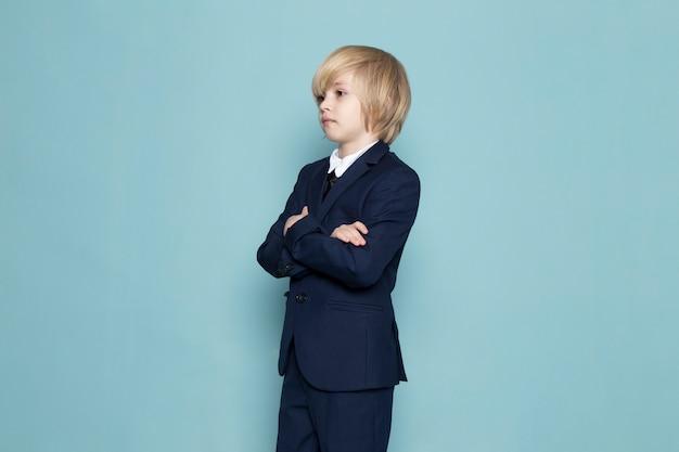 ビジネスの仕事のファッションをポーズブルーのクラシックなスーツで正面かわいいビジネスボーイ