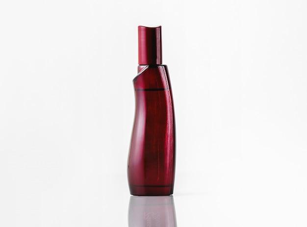 Вид спереди темно-красный аромат бутылки, изолированные на белом столе