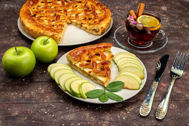Вид спереди восхитительный яблочный пирог с чаем свежие зеленые яблоки на деревянном столе торт бисквитный сахар