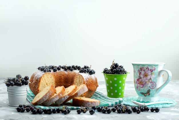 Вид спереди восхитительный торт со свежей черникой и чаем на белом столе торт бисквитный чай ягодный сахар