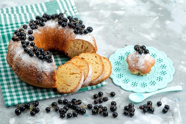 Вид спереди вкусный торт со свежей черникой на белом столе торт бисквитный чай ягодный сахар