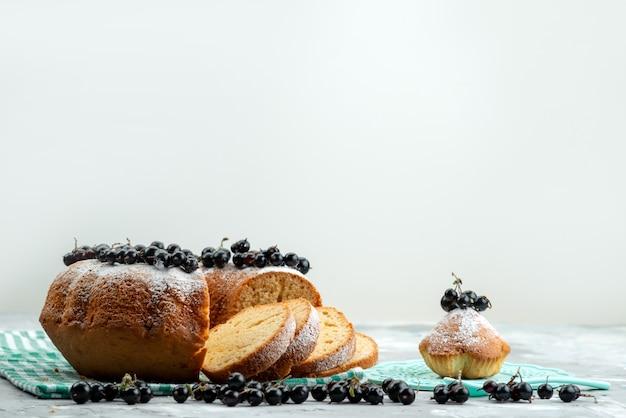 白いデスクケーキビスケットティーベリーに新鮮なブルーベリーと正面のおいしいケーキ
