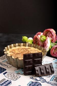 Вид спереди вкусный кофейный торт сладкий шоколад вкусный сахарный хлеб торт сладкий вместе с розами на темном столе