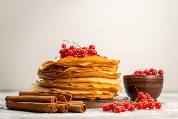 Вид спереди вкусные круглые блины, вкусные и круглые, с клюквой, блинное тесто, десерт