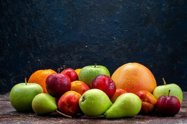 正面のさまざまな果物、新鮮なリンゴ、梨、梅、オレンジ、暗い背景、果物、組成、虹色