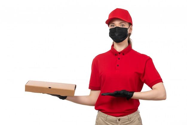 빨간 셔츠 빨간 모자 검은 장갑과 흰색에 지적 피자 상자를 들고 검은 마스크의 전면보기 여성 택배