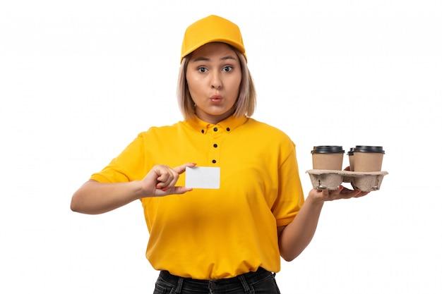 Вид спереди курьер женского пола в желтой рубашке желтой кепке черные джинсы с белой карточкой кофе на белом