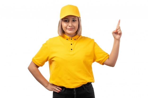 Вид спереди курьер женского пола в желтой рубашке желтой кепке, улыбаясь на белом