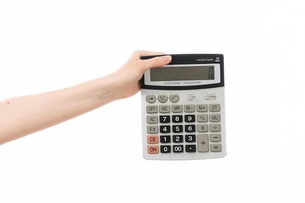 Вид спереди женская рука держит калькулятор на белом