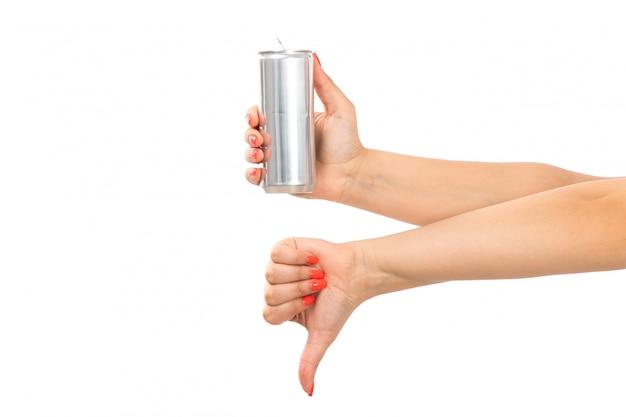 Вид спереди женская рука держит серебряную банку, показывая не крутой знак на белом