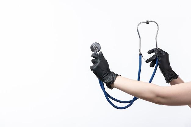 白の聴診器を持っている正面女性手