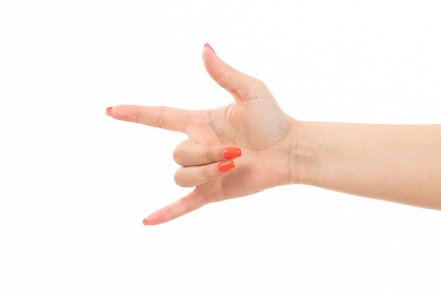 白の色の爪のロッカー記号で正面の女性の手