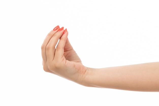 Вид спереди женская рука с цветными ногтями, вкусный знак на белом