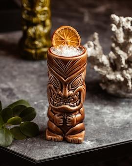 Вид спереди свежий коктейль холодный и вкусный внутри сувенирного бокала на темной поверхности пить сок фруктов