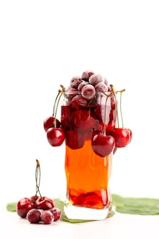 Свежий фруктовый коктейль, вид спереди, со свежими фруктами, ледяное охлаждение на белом, напиток, сок, коктейль, фруктовый цвет