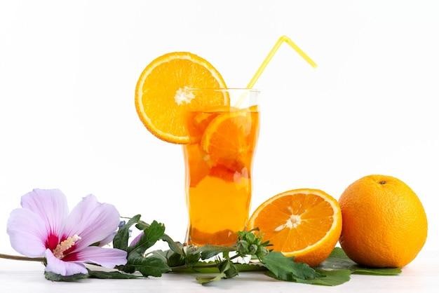 흰색에 신선한 과일 조각 얼음 냉각과 전면보기 신선한 과일 칵테일, 음료 주스 칵테일 과일 색상