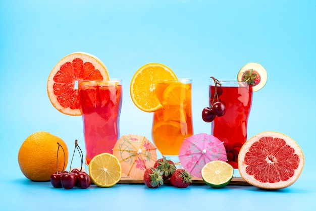 파란색에 신선한 과일 조각 얼음 냉각과 전면보기 신선한 과일 칵테일, 음료 주스 칵테일 과일 색상