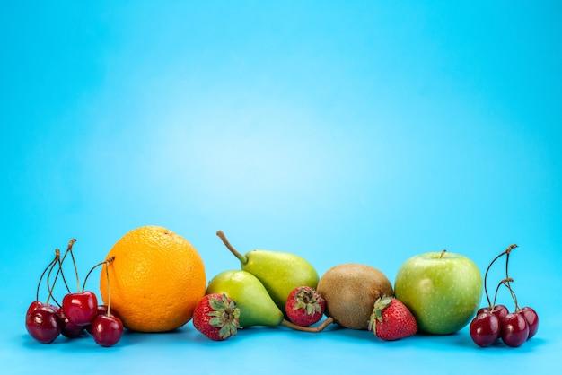 Вид спереди свежие фрукты, спелые и спелые на синем, летнем цвете фруктового сока