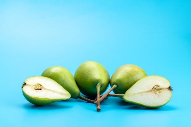 Вид спереди свежие зеленые груши, спелые и мясистые на синем, цвете спелых фруктов