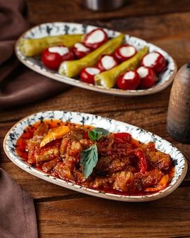 茶色の木製デスク食品食事肉の正面図野菜とトマトソースの揚げ肉