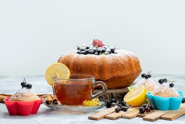 正面のフルーツケーキは、フレッシュなブルーベリーと、明るいケーキビスケットの甘い砂糖にお茶を加えた、美味しく丸い形をしています。