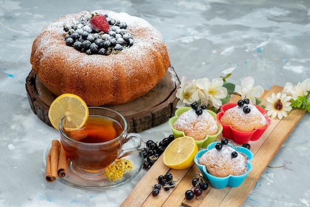 正面のフルーツケーキは美味しく丸く、フレッシュブルーのベリーと明るいケーキビスケットの甘い砂糖で形成されています
