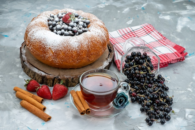 フレッシュブルー、ベリー、明るいケーキビスケット甘い砂糖にお茶を注いだ正面のフルーツケーキ