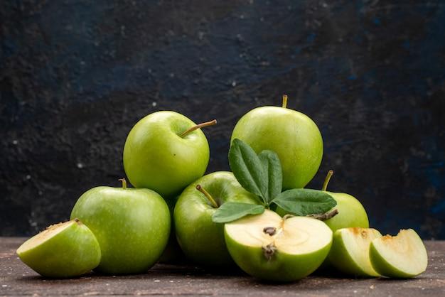 健康的な暗い背景に新鮮でまろやかな果物のビタミンビタミングリーンアップルの正面図