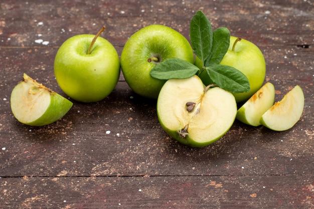 Вид спереди зеленое яблоко свежее кислое и спелое на темном фоне цвет фруктов здоровый