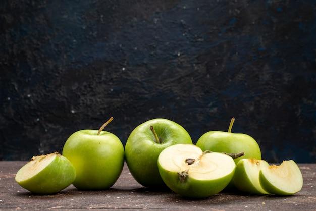 Вид спереди зеленое яблоко свежее кислое и сочное на темном столе цвет фруктов витамин здоровый