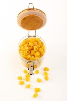 白のボウル内正面イタリアンパスタ生黄色パスタ