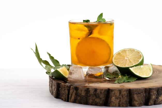Лимонный коктейль, вид спереди со свежими ломтиками, охлаждающими и освежающими на белом, коктейльный напиток цвета сока