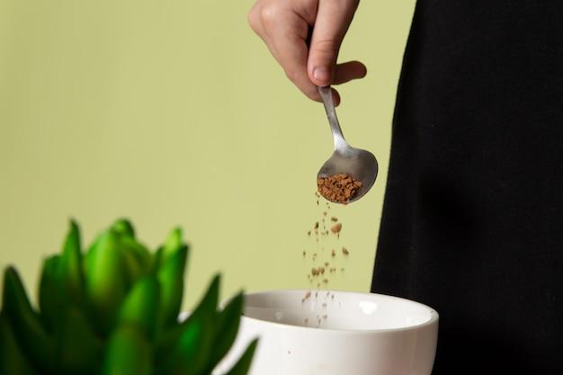 Вид спереди маленький ребенок готовит кофейный напиток