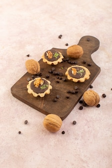 正面から見た木製の机の上のチョコレートケーキ
